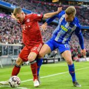 Bayern-Profi Joshua Kimmich (l) im Zweikampf mit Maximilian Mittelstädt von Hertha BSC. Foto: Matthias Balk