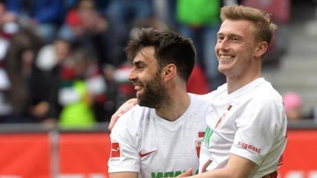 Jan Moravek (l) und Georg Teigl haben ihre Verträge mit dem FC Augsburg verlängert.