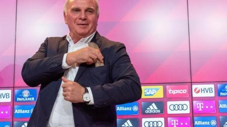 Uli Hoeneß bei der Pressekonferenz in München.