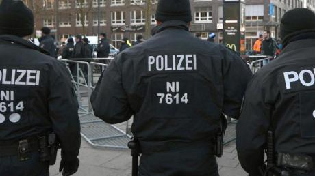 Polizeikräfte bei einem Einsatz in Bremen. Foto: Carmen Jaspersen