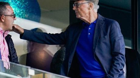 Franz Beckenbauer (r) auf der Tribüne in Sinsheim.