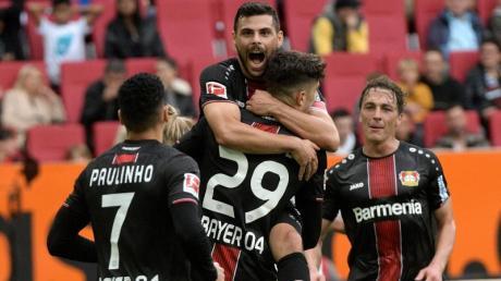 Die Spieler von Bayer Leverkusen feiern den Sieg beim FC Augsburg. Foto: Stefan Puchner