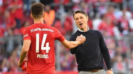 Bayerns Trainer Niko Kovac feiert mit Neuzugang Ivan Perisic (l) ein Tor.