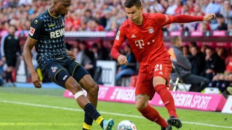 Bayerns Lucas Hernandez (r) im Zweikampf mit Kölns Kingsley Ehizibue um den Ball. Foto: Matthias Balk/dpa