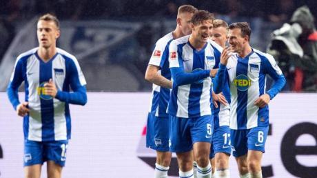 Herthas Spieler feiern das Tor zum 3:1 gegen Fortuna Düsseldorf durch Vladimir Darida (r). Foto: Soeren Stache/dpa