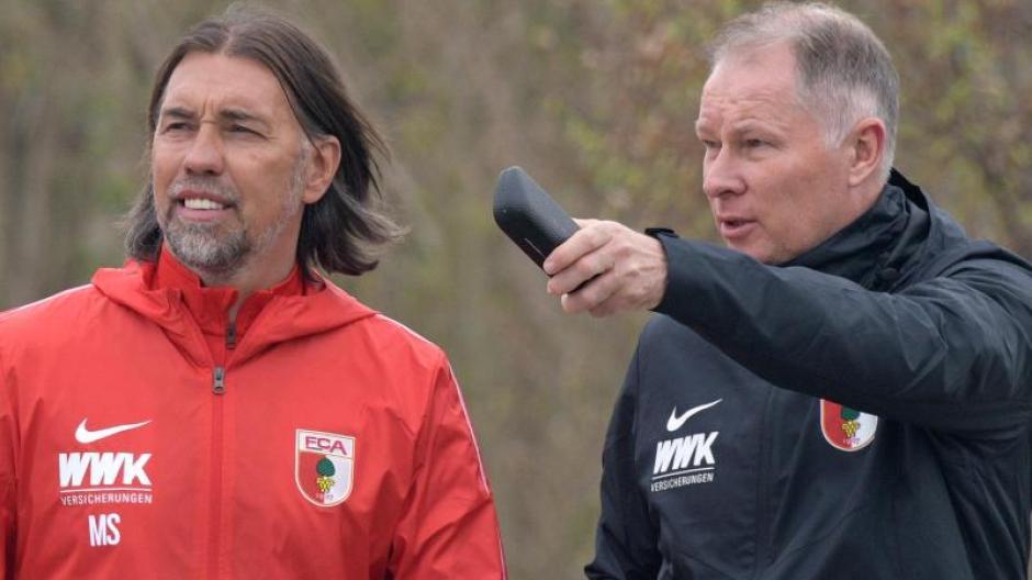 Bekommt von Stefan Reuter (r) Rückendeckung: FCA-Coach Martin Schmidt. Foto: Stefan Puchner/dpa