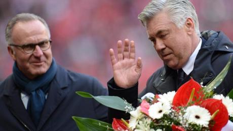 Musste Carlo Ancelotti (r) vorzeitig beim FC Bayern verabschieden: Karl-Heinz Rummenigge.