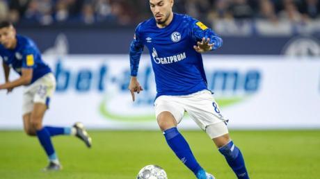 Schalkes Suat Serdar (r) fehlt seinem Team im Spiel gegen Hoffenheim. Foto: David Inderlied/dpa