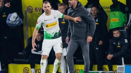 Die Gladbacher um Tony Jantschke (l) und Trainer Marco Rose sind trotz der Niederlage beim BVB weiter an der Bundesliga-Spitze.