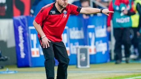 Braucht auch bei niedrigen Temperaturen keine Jacke: Paderborn-Coach Steffen Baumgart. Foto: Uwe Anspach/dpa