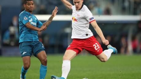RB Leipzig muss rund zwei Wochen ohne Marcel Halstenberg (r) auskommen. Foto: Jan Woitas/dpa