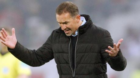 Kölns Trainer Achim Beierlorzer lebt trotz der sportlichen Talfahrt Optimismus vor. Foto: Roland Weihrauch/dpa