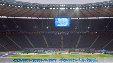 Eine «Mauer» mit der Aufschrift «Zusammen gegen Mauern, zusammen für Berlin» steht vor dem Spiel gegen RB Leipzig auf dem Rasen. Foto: Soeren Stache/dpa-Zentralbild/dpa