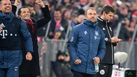 Feierstimmung: Bayern-Coach Hansi Flick freut sich über das 4:0 gegen den BVB.