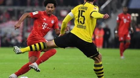 Auf dem falschen Fuß erwischt: BVB-Verteidiger Mats Hummels hat gegen seinen Ex-Bayern-Teamkollegen Serge Gnabry das Nachsehen. Foto: Sven Hoppe/dpa
