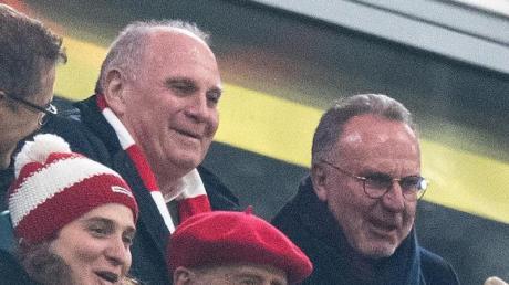 Uli Hoeneß (l) und Karl-Heinz Rummenigge verfolgen den Sieg des FC Bayern. Foto: Matthias Balk/dpa