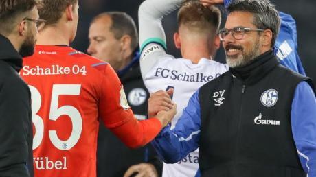 Würde sich über einen Verbleib des Torwarts freuen: Schalke-Trainer David Wagner (r) beim Handschlag mit Keeper Alexander Nübel (2.v.l). Foto: Friso Gentsch/dpa