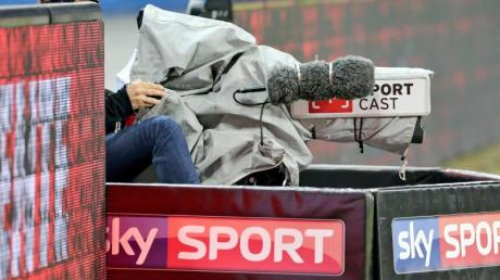 Ein Kameramann von Sky Sport filmt ein Spiel.