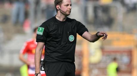 Schiedsrichter Thomsen hat die deutlichen Vorwürfe von Paderborns Geschäftsführer Sport Przondziono zurückgewiesen. Foto: Silas Stein/dpa