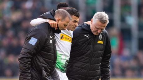 Gladbachs Laszlo Benes (M) musste verletzt vom Platz. Foto: Marius Becker/dpa