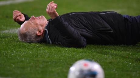 Frankfurts David Abraham hatte SC-Trainer Christian Streich kurz vor Schluss vor der Freiburger Bank abgeräumt. Foto: Patrick Seeger/dpa