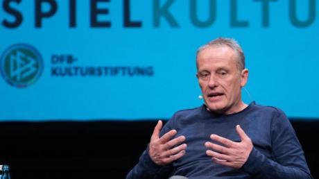 Trainer Christian Streich vom SC Freiburg beim Bühnengespräch der DFB-Kulturstiftung. Foto: Patrick Seeger/dpa