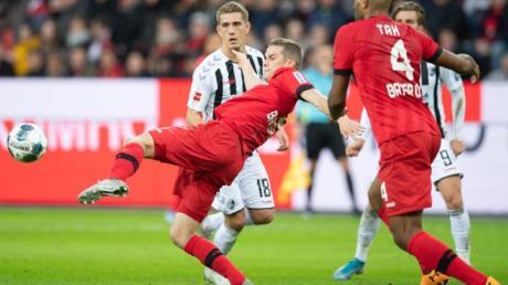 Nils Petersen (l) und der SC Freiburg waren äußerst glücklich über den Punktgewinn in Leverkusen.