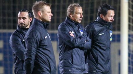Herthas neuer Trainer-Stab: Co-Trainer Alexander Nouri (l-r), Co-Trainer Markus Feldhoff, Trainer Jürgen Klinsmann und Athletiktrainer Henrik Kuchno.