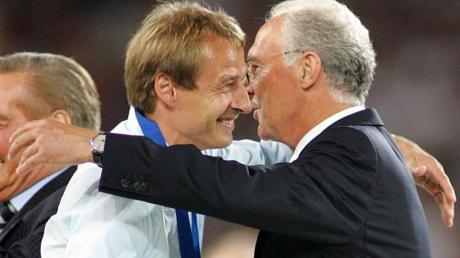 Waren beide schon Trainer des DFB-Teams und in der Bundesliga: Franz Beckenbauer (r) umarmt Jürgen Klinsmann.