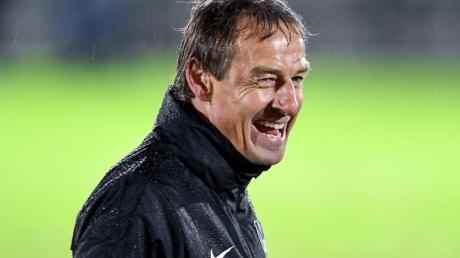 Am 13. Spieltag sind alle Blicke auf Herthas neuen Trainer gerichtet: Jürgen Klinsmann beim ersten Aufgalopp mit Herthas Spielern im Regen.