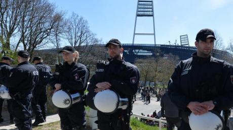 Polizeieinsatz vor dem Weserstadion in Bremen.