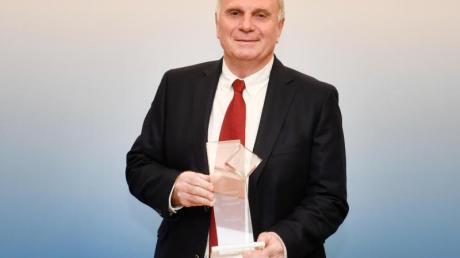 Uli Hoeneß posiert bei der Verleihung des BLSV-Ehrenamtspreises mit dem Sonderpreis für soziales Engagement.