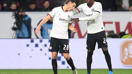Frankfurts Dominik Kohr (l) wird nach dem Platzverweis von seinem Teamkollegen Danny da Costa getröstet.