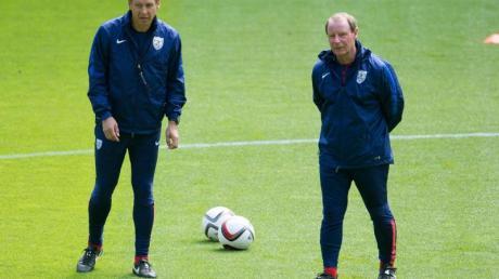 Berti Vogts (r) glaubt an den Erfolg von Jürgen Klinsmann in Berlin.