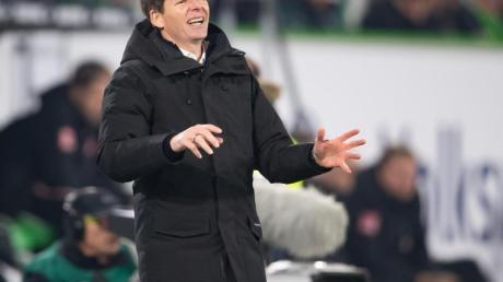 Wolfsburgs Trainer Oliver Glasner gestikuliert am Spielfeldrand.