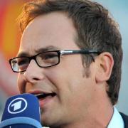 Moderator Matthias Opdenhövel hat in der Sportschau versehentlich vor dem Beitrag zu einem Spiel den Ausgang verraten.