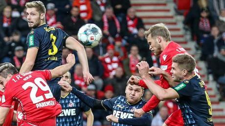 Unions Sebastian Andersson (2.v.r) köpft den Ball nach einem Eckball zum 1:0 ins Tor.
