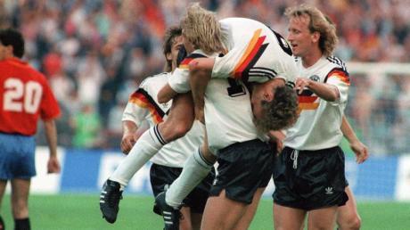 Wurden 1990 zusammen Weltmeister: Jürgen Klinsmann (M, vorn) schultert vor Freude Rudi Völler (M, oben).