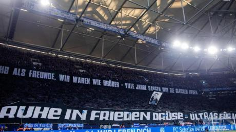 Schalkes Fans gedenken einem verstorbenen Fan.