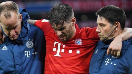 Münchens Javi Martinez (M) wird verletzt vom Platz gebracht.