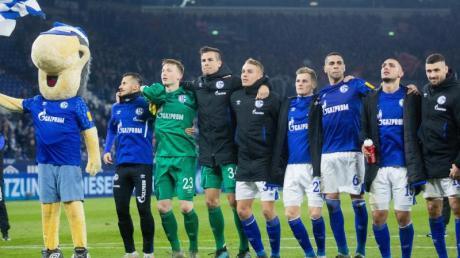 Arm in Arm in die Winterpause: Schalkes Profis feiern nach dem 2:2 gegen Freiburg mit ihren Fans.