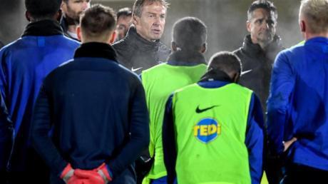 Jürgen Klinsmann (M.) schickt seine Spieler wieder auf den Trainingsplatz.