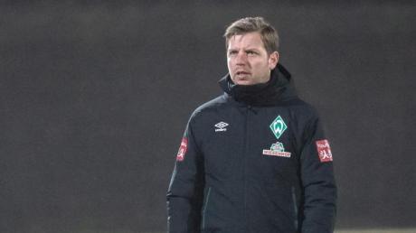 Fliegt mit 28 Spielern vom frostigen Bremen ins Trainingslager auf Mallorca: Trainer Florian Kohfeldt.