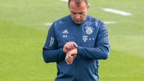 Hat auch im Trainingslager in Katar Personalsorgen: Bayern-Coach Hansi Flick.