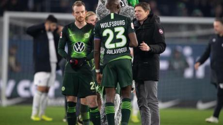Der VfL Wolfsburg um Trainer Oliver Glasner, Kapitän Josuha Guilavogui und Maximilian Arnold (r-l) wollen wieder nach Europa.