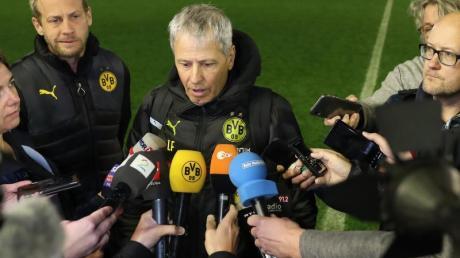 BVB-Trainer Lucien Favre äußert sich nach dem Ende des Testspiels vor Journalisten.