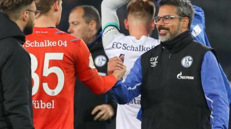 Soccer: DFB Cup, 2nd round, Arminia Bielefeld - Schalke 04 in the Schüco Arena. Coach Schalke-Trainer David Wagner (r) vertraut weiter auf die Leistungen von Torhüter Alexander Nübel (2.v.r.).
