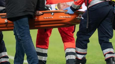 Der Bremer Kevin Vogt wird nach einem Zusammenprall mit dem eigenen Torhüter verletzt vom Platz getragen.
