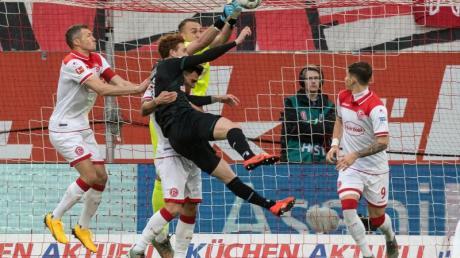 Düsseldorfs Torhüter Florian Kastenmeier klärt vor dem Bremer Josh Sargent.