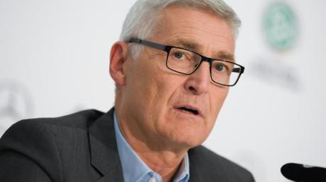Schiedsrichter-Chef Lutz Michael Fröhlich hat den Platzverweis für Werders Moisander gerechtfertigt.